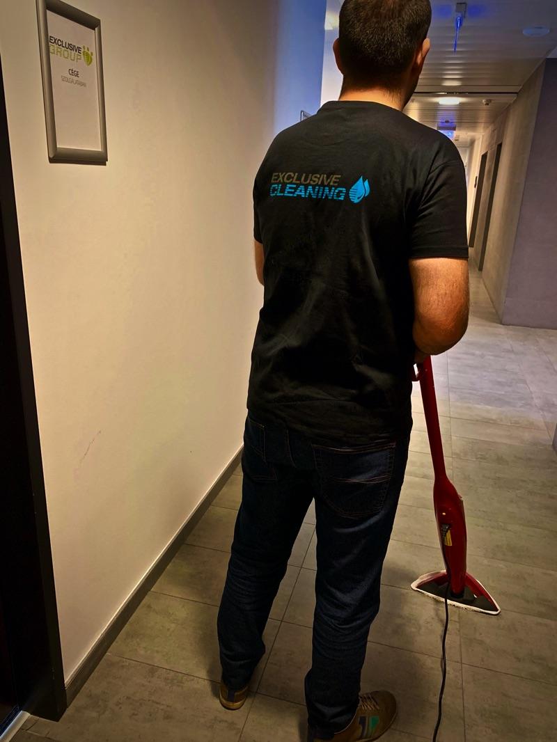 takarító munkatárs